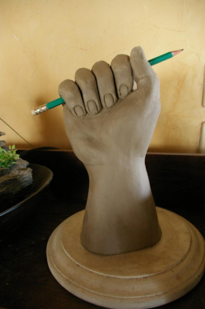 Sculpture en terre «Je suis Charlie»